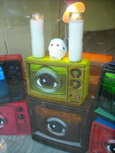Televisores y santería. Foto cortesía de Mbk (Marjie).